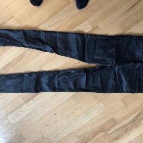Læder look alike bukser.