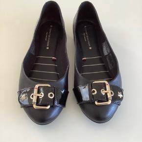 Tommy Hilfiger, sorte ballerinasko. Læder. Str 37.  Guld hardware.  Brugt 2 gange.  Købspris 1000 kr.  Sælges for 300 kr.