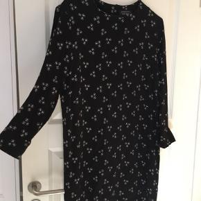 Rigtig fin knælang-ish kjole fra & Other Stories. Har kun brugt den få gange 🌼 Den er lavet af 100% viskose og vaskes på 30 grader Kan afhentes på Østerbro eller sendes med DAO mod betaling   #30dayssellout