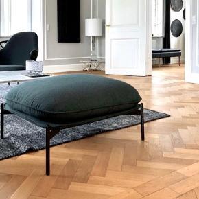 Cloud Pouf LN4 design af Lucca Nichetto produceret af &tradition og betrukket med flaskegrøn uld fra Kvadrat. Købt for DKK 14.900 i 2016 og står som ny.