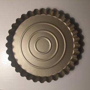 Tærtefad | tærteform | bageform fra Anne Larsen Farve: Metallic/guld Slip-let belægning  Størrelse: Ø: 28 H: 3,5  Aldrig brugt Prisen er fast
