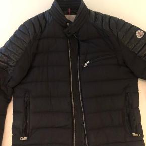 Sælger denne jakke for min kæreste. Den er Str. 3. Nypris var 5.900 kr. tags haves stadig.