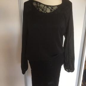Mærke: Vero Moda Style name: Marina LS mini DRESS WALL Design model: 10087525 Størrelse: XS, men passer også str. S Farve: Sort  kjolen: overdelen er gennemsigtig og den nederste del har blonder med foer. Stand: Aldrig brugt  Nypris 299.95 kr Sælges 50 kr  Bytter ikke Sætter pris på tilfreds købere