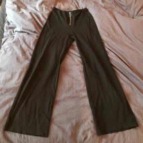 Bukser fra Monki i stretchy stof. Str xs, passer 150-160 i højden 🌼🌸 Sælges da de er blevet lidt for korte til mig.   Der er et lille hul i højre bens kant