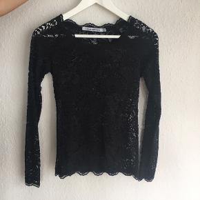 Copenhagen Luxe blonde bluse. Har nogle tråde som evt. kan trækkes ind. Str. XS/S.
