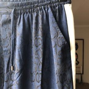 Smukke silkebukser fra Custommade. Gammel model, men holder 100%. Rigtig fin stand!
