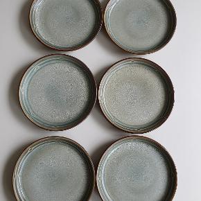 6 stk. grønne kagetallerkner (d = 17 cm) fra stellet Rune, B&G. 1. Sort.  Fremstår flotte og uden brugstegn.  Kan afhentes i Rødovre eller sendes på købers regning med DAO.