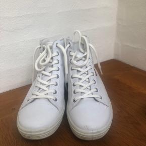Fine sneakers fra ECCO. Brugt meget få gange og fremstår derfor i god stand.