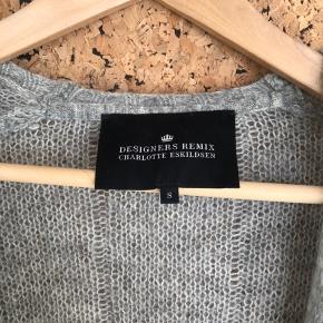 Sælger Designers Remix Strik med fin detalje på ryggen.   Strikken er i str. small, men kan sagtens bruges af en str. medium.   Indhold: 33% kidmohair 35% wool 32% polyamide  BYD gerne ⭐️