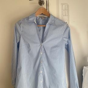En flot skjorte fra H&M som næsten aldrig er blevet brugt, dog vasket et par gange. Sælges fordi den er lidt for lille