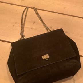 Overveje at sælge min decadent taske, hvis rette bud kommer. Tænker jeg vil have 800, men er til at handle med, så kom gerne med bud!   Den er sort ruskind og kan derfor godt se, at den er brugt. Skriv gerne for mere indformation :)