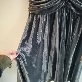 Thelin kjole skinnende sølv stof