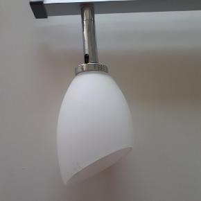 Lampe med 3 glasskærme. 85 cm lang.