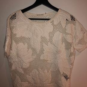 Sælger denne isabel marant t-shirt   Str. Passer en str s/m (ved ikke helt præcist)  Sender gerne billeder med den på  Byd gerne ☺️