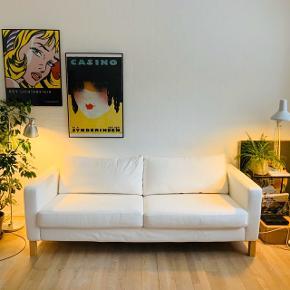 Dejlig komfortable stofsofa fra Ikea, hvid med pletter fra kaffe og chokolade (se billeder). Aftagelig betræk, som kan vaskes, så pletter evt. forsvinder.