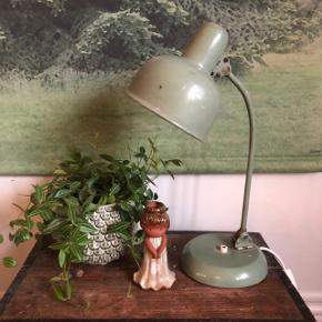 Super cool fransk vintage bordlampe ❤️❤️❤️ H46 cm. Pris 1000,- kr. Fin lille keramikpige 😍 Pris 100,- kr.