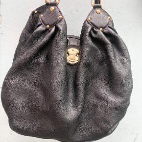 Hvad: Louis Vuitton L Mahina Noir Stand: god! Mærke: Louis Vuitton størrelse: se billede, oz Andet: Kommer med dustbag - nypris 18.200 kr.  ————— INGEN BYTTE —————  Kan ses eller afhentes i indre by (København K) efter aftale. Vi tilbyder også forsendelse via. Trendsales, der inkluderer fragt, sporing og forsikring. Tasken sælges på vegne af @the_vintage_trade på instagram og der medfølger selvfølgelig også kvittering derfra.