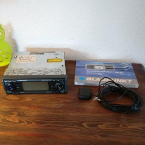 Bilradio med navigation. Velholdt Blaupunkt TravelPilot DX-R 52 navigationssystem med indbygget CD afspiller og RDS radio. Med kort over hele Europa 😊 Sælges incl monteringsramme, gps-antenne, kodekort og manual.