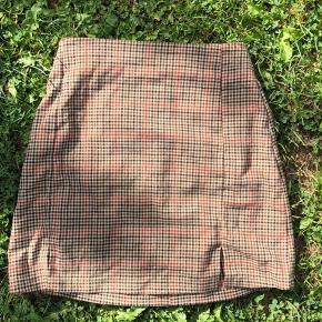 sælger denne vildt flotte nederdel, fordi den er blevet for lille til mig:( købt i brandy melville i lissabon! super god stand ingen mærker, pletter eller lign.