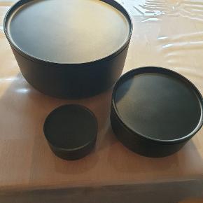 Skålesæt fra Zone i sort. Består af 3 skåle alle med låg. Fremstillet i fødevaregodkendt melamin. Brugt få gange. Har ingen brugsspor overhovedet. Nypris er 279,95