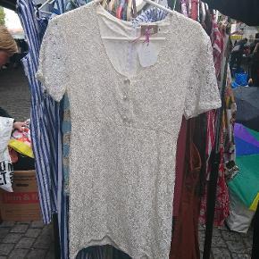 Vintage kjole med blonder og knapper .