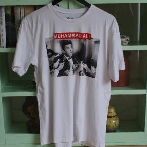 Muhammed Ali T-shirt fra Zara i flot stand.