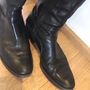 Skønneste langskaftede støvler Brugt få gange, italienske og meget lækre Nypris 1599,- kr 'Højde' ca 41 cm, heraf er hælen 4 cm Omkreds foroven ca 37 cm  Lynlås hele vejen op