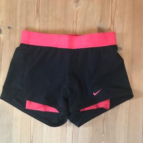 Sorte sportsshorts med pink undershorts. De er også dry fit. De er str. XS.