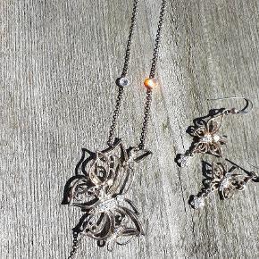 Smukt sommerfugl sæt i sterlingsølv ned masser af små sten og guldsmed navnestemple. Er som nyt.  Flot gaveide. Køber betaler fragt. Se flere smykker under min profil