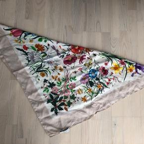 Fint silke tørklæde. 83/83 cm. Vær opmærksom på at der er slitage, det kom sig af at da det blev håndvasket, smittede nogle af tørklædets egne farver desværre delvis af på den hvide del. Dog kan dette ikke ses, hvis tørklædet sættes rigtigt rundt om halsen.