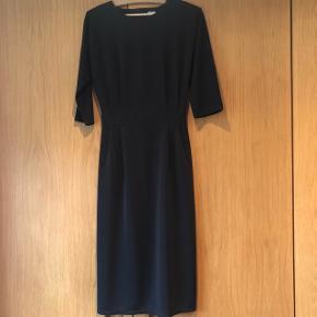 VINTAGE Jersey pensel dress ( stram i nederdelen og under knæ længde)  - rund hals- 3/4 ærm - 3 knapper i bag samt hul i ryggen - lynlås i taljen i bag