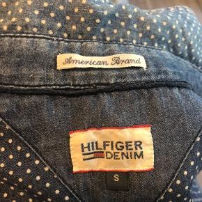 Rigtig flot Tommy Hilfiger skjorte med små hvide prikker.  Sælger den da jeg ikke for den brugt mere.  Str. S kan sagtens passes af en M
