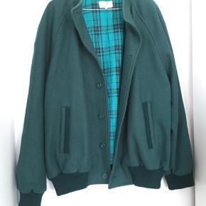 Luksus vintage jakke i uld  Måler gerne cm  - Farven er lidt svær at få præcis gengivet men nr to foto ligner mest den flotte grøntyrkis farve