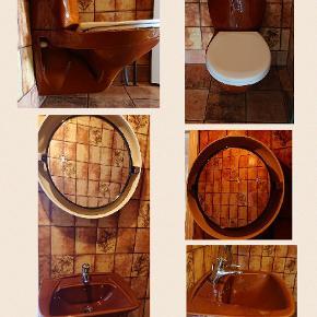 Toilet ifø Vask Vippespejl med mulighed for lys Retro brun farve. I pæn stand (wc bræt tages selvfølgelig af)  Sælges samlet!   Giv et bud!  Er endnu ikke nedtaget, men vi kan lave en hurtig aftale ved et godt bud.  Sælges kun grundet ny vvs, fliser, brus m.m skal udføres.  Afhentes i Bagterp i 9800 Hjørring