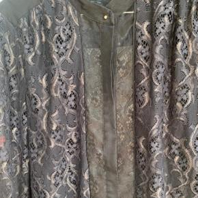Smuk skjorte hvis farve er svær at fange; sort med blålige nuancer og guld vævet ind ☺️