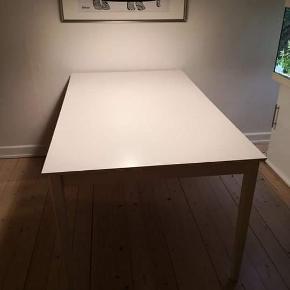 Hvidt fint spisebord, kom med et bud.  Jeg sælger mit spisebord, da jeg har fået et nyt. Bordet har målene H: 73,5 B:90 L:150