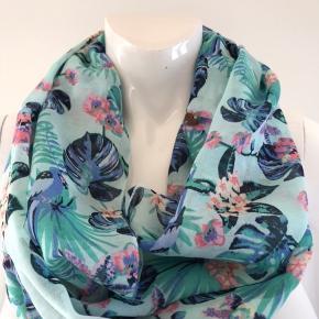 Smukt tube tørklæde fra Esprit i super flotte farver. Let og blødt materiale.  Mærket er klippet ud.