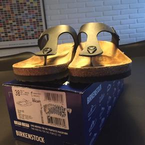 Smarte klassiske Birkenstock sandaler som jeg har gået lidt rundt og prøvet indendørs - har fortrudt mit køb. Modellen hedder Gizeh.