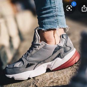 🌸SIDSTE CHANCE: KØB FOR 400 KR. 🌸  Adidas Falcon Grey/Pink model, sælges da de ikke passer i størrelsen. Standen står som ny, meget velholdte og næsten ikke brugt. Det er en størrelse 37 1/3 og nypris er 799 kr.   Modellen hedder: D96698   Kan sendes på købers regning🌸