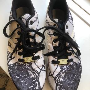 Fede sneakers, god stand. Dog er de brugt en del og der er brugsspor☺️