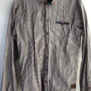 Højest bydende inden lørdag kl. 16 får den!  Slidt på mærket i nakken, men skjorten fejler ikke noget. Sælges fordi den er for stor
