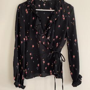 Slå-om-bluse fra H&M i str. xs