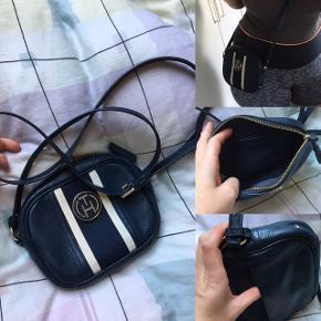 Utrolig flot taske fra Hilfiger.   Den er næsten som ny. Virkelig pæn stand.   Tasken er lavet af læder   Køber betaler for fragt