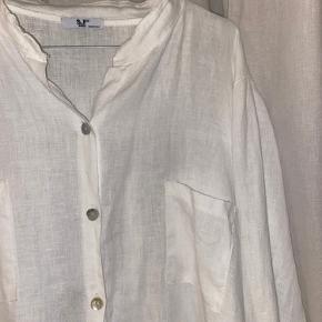 S&f 2005 (made in italy) Lækker hør skjorte med små fine knapper Oversize model så kan styles på mange forskellige måder👒🌸🐠👙 Den er kun lige prøvet på, skal bare af med den
