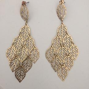 Flotte øreringe med guldfarvede blade. Ca 10 cm lange og aldrig brugt 😊