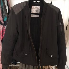Zadig & voltaire Bomber jakke, nypris: 1600 cirka. Er brugt som man kan se , men det er god kvalitet så den er stadig i fin stand. Den har er hul ved den ene lomme ved lukningen, men når lommen er lukket kan man ikke se det. Er åben for bud 👀