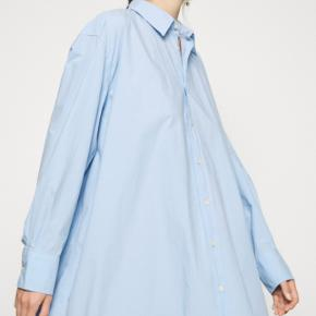Ny skjortekjole fra Hope, model FREE. Kun brugt en enkelt gang i få timer. 100% bomuld.
