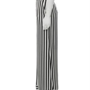 MB bukser style Ladralla str. 34, aldrig brugt, stadig mærke på - ny pris 2200 kr. Byd - bytter ikke.