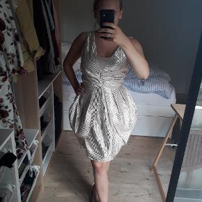 Fed glimmer kjole til sommetens fester. Det er en størrelse L, men  jeg er en størrelse 36/38 og den sidder perfekt på mig.