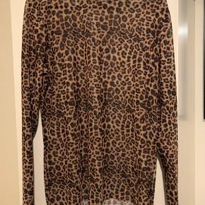 Fin leopard mesh trøje. Det er en 44 men lille, så fitter XL. Aldrig brugt.